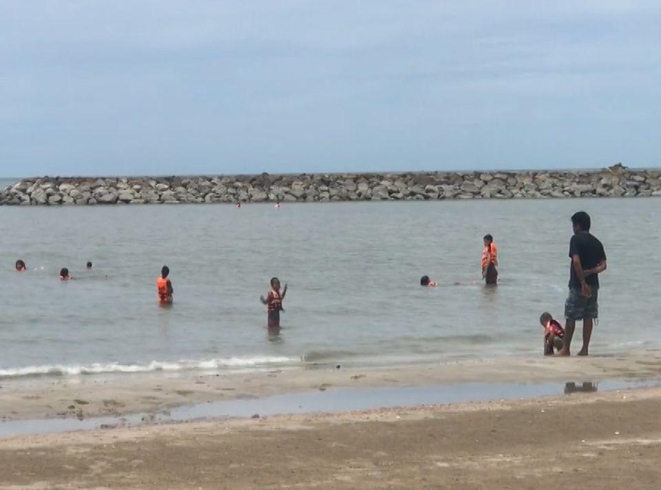 ชายหาดคึกคัก หลัง จ.เพชรบุรี ปลดล็อกให้เล่นน้ำทะเลได้