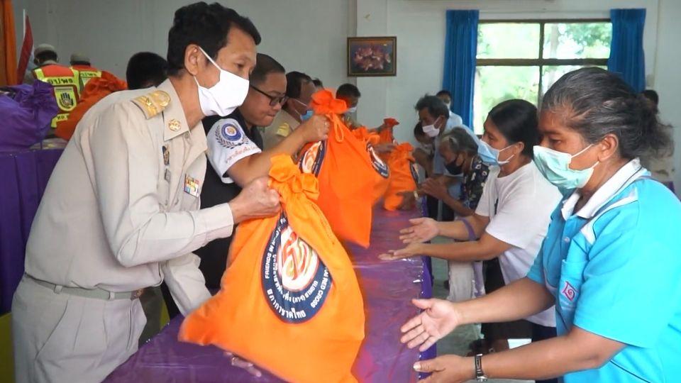 มูลนิธิอาสาเพื่อนพึ่งภาฯ ยามยาก สภากาชาดไทย เชิญถุงยังชีพพระราชทานไปมอบแก่ผู้ประสบอุทกภัยที่จังหวัดเลย