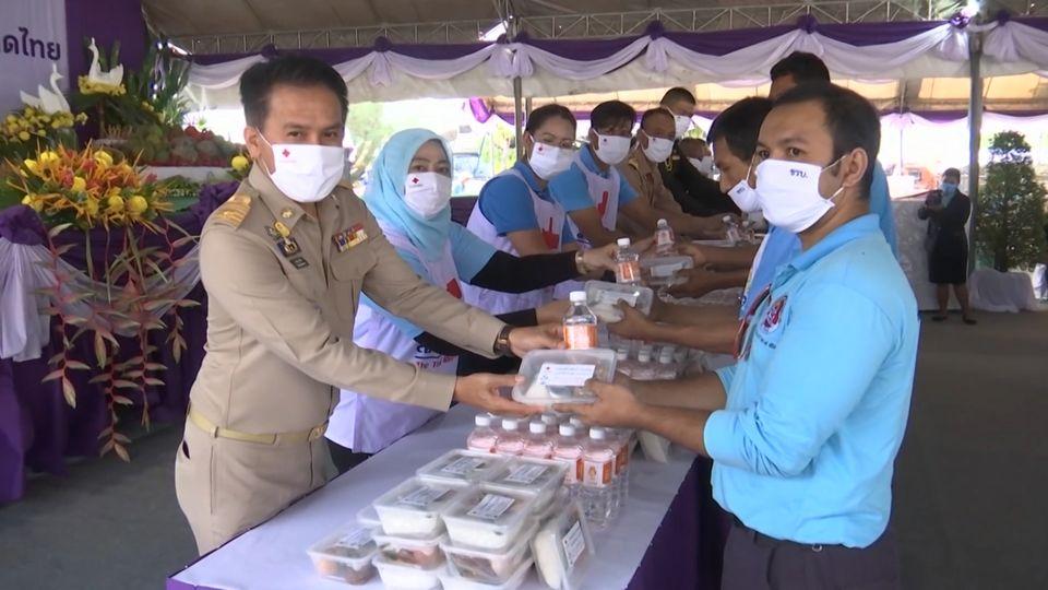 ครัวพระราชทาน อุปนายิกาผู้อำนวยการสภากาชาดไทย ประกอบอาหารพระราชทานแจกจ่ายให้กับผู้ที่ได้รับผลกระทบจากสถานการณ์การแพร่ระบาดของโรคโควิด-19 ที่จังหวัดนราธิวาส