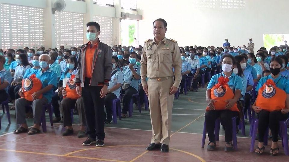 มูลนิธิอาสาเพื่อนพึ่ง ภาฯ ยามยาก สภากาชาดไทย เชิญถุงยังชีพพระราชทานไปมอบแก่ราษฎรที่ได้รับผลกระทบจากอุทกภัยในจังหวัดน่าน