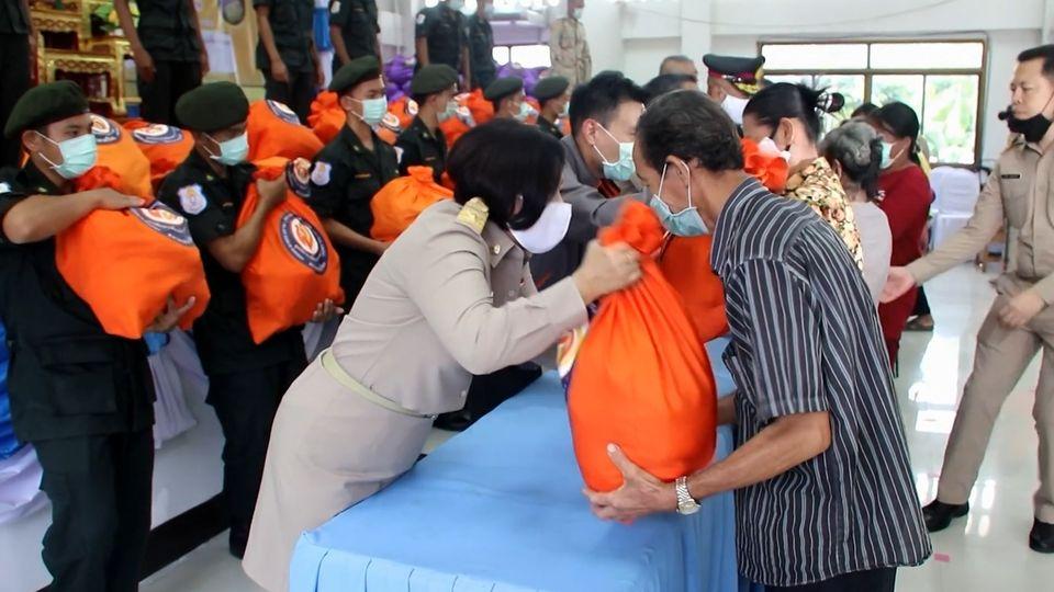 มูลนิธิอาสาเพื่อนพึ่ง ภาฯ ยามยาก สภากาชาดไทย เชิญถุงยังชีพพระราชทานไปมอบแก่ประชาชนที่ประสบอุทกภัยในพื้นที่จังหวัดแพร่