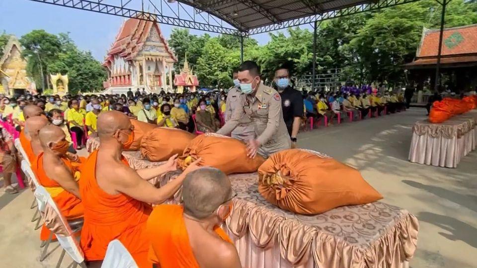 มูลนิธิอาสาเพื่อนพึ่ง ภาฯ ยามยาก สภากาชาดไทย เชิญถุงยังชีพพระราชทานไปมอบแก่ประชาชนที่ประสบอุทกภัย ที่จังหวัดสุโขทัย