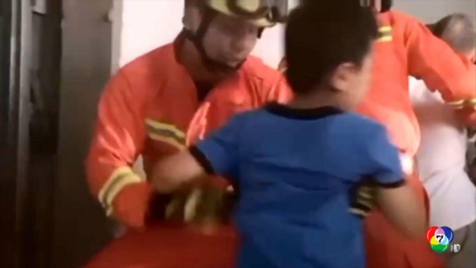 เจ้าหน้าที่กู้ภัยเร่งช่วยคนติดอยู่ในลิฟต์ที่จีน หลังเกิดไฟดับกะทันหัน