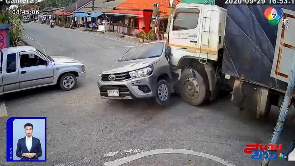 ภาพเป็นข่าว : อุทาหรณ์ ขับรถผ่านสี่แยก รถบรรทุกพ่วงชนกลางลำกระบะ ต่างฝ่ายต่างไม่ชะลอ