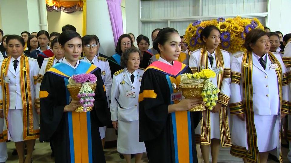 พระบาทสมเด็จพระเจ้าอยู่หัว และสมเด็จพระนางเจ้าฯ พระบรมราชินี พระราชทานปริญญาบัตรแก่ผู้สำเร็จการศึกษาจากมหาวิทยาลัยราชภัฏชัยภูมิ และมหาวิทยาลัยราชภัฏอุดรธานี ประจำปี 2559-2560
