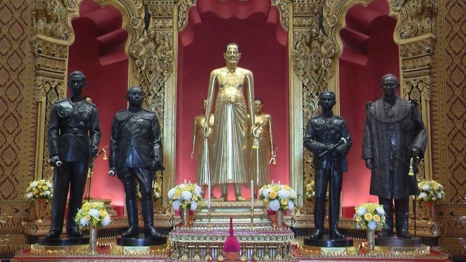 ประชาชน เข้ากราบถวายบังคมพระบรมรูป สมเด็จพระบูรพมหากษัตริยาธิราช ณ ปราสาทพระเทพบิดร ในพระบรมมหาราชวัง