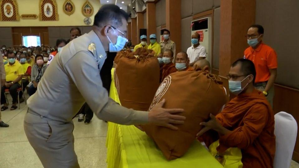มูลนิธิอาสาเพื่อนพึ่ง ภาฯ ยามยาก สภากาชาดไทย เชิญถุงยังชีพพระราชทานไปมอบแก่ราษฎรที่ประสบอุทกภัย ในพื้นที่จังหวัดนครราชสีมา