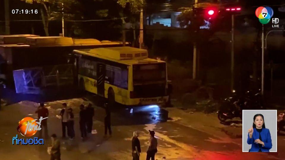 ระทึก รถเมล์เอ็นจีวี จอดขวางผู้ชุมนุม ก๊าซรั่วกลิ่นฟุ้งทั่วแยกเกียกกาย
