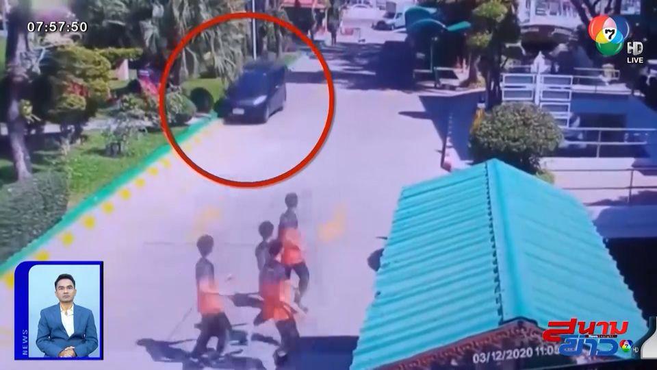 สุดระทึก สาววูบขณะขับรถเข้าโรงเรียน นร.วิ่งหนีกระเจิง ก่อนพุ่งชนเสาจนป้ายหัก