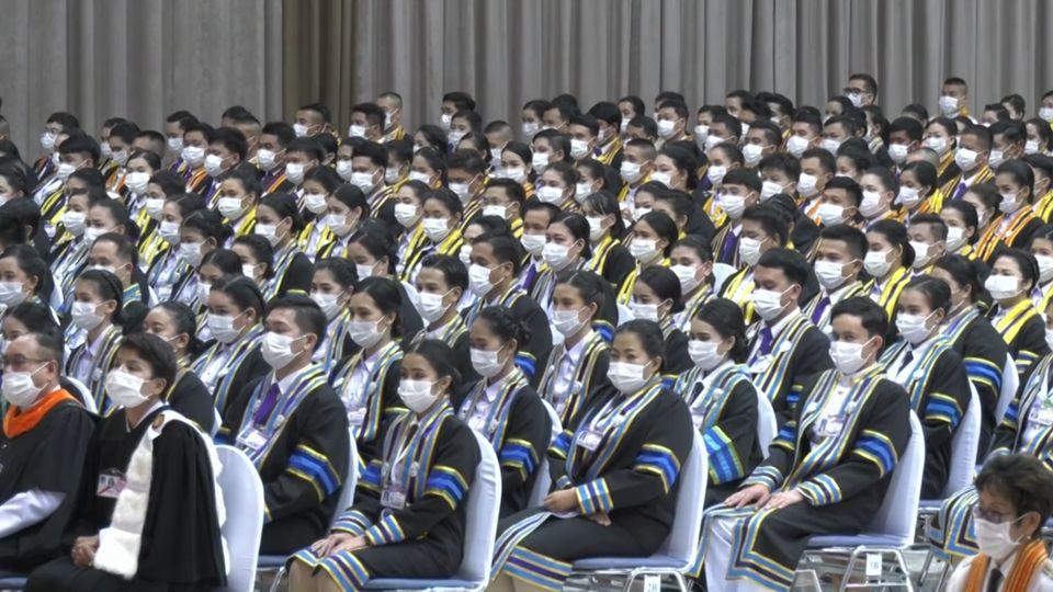 พระบาทสมเด็จพระเจ้าอยู่หัว และสมเด็จพระนางเจ้าฯ พระบรมราชินี พระราชทานปริญญาบัตรแก่ผู้สำเร็จการศึกษาจากมหาวิทยาลัยราชภัฏเพชรบูรณ์ และมหาวิทยาลัยราชภัฏพิบูลสงคราม ประจำปีการศึกษา 2559-2560