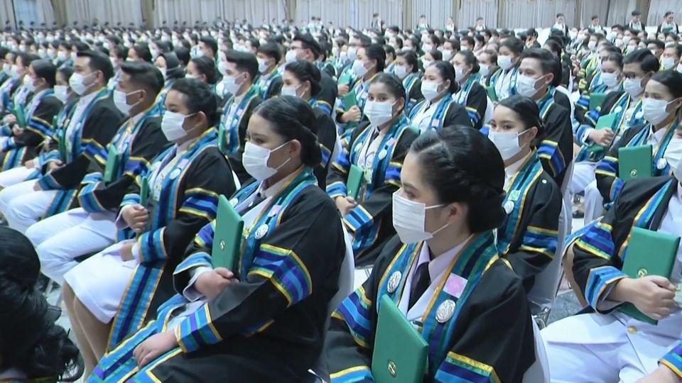 พระบาทสมเด็จพระเจ้าอยู่หัว และสมเด็จพระนางเจ้าฯ พระบรมราชินี พระราชทานปริญญาบัตรแก่ผู้สำเร็จการศึกษาจากมหาวิทยาลัยราชภัฏอุตรดิตถ์ มหาวิทยาลัยราชภัฏเชียงราย และมหาวิทยาลัยราชภัฏกำแพงเพชร ประจำปีการศึกษา 2559-2560