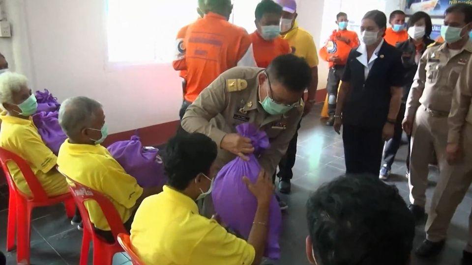 มูลนิธิอาสาเพื่อนพึ่ง ภาฯ ยามยาก สภากาชาดไทย เชิญถุงยังชีพพระราชทานไปมอบแก่ราษฎรที่ประสบอุทกภัยที่อำเภอพระพรหม จังหวัดนครศรีธรรมราช
