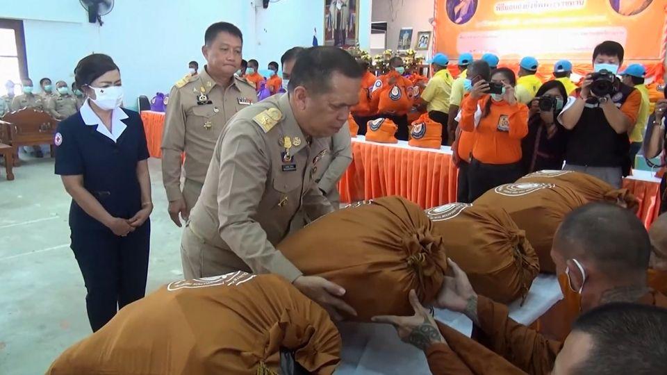 มูลนิธิอาสาเพื่อนพึ่ง ภาฯ ยามยาก สภากาชาดไทย เชิญถุงยังชีพพระราชทานไปมอบแก่ผู้ประสบอุทกภัยที่อำเภอปากพนัง จังหวัดนครศรีธรรมราช