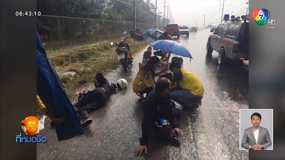 ฝนตกถนนลื่น หนุ่มซิ่งกระบะชนศาลาริมทางพังยับ มีผู้บาดเจ็บ 6 คน