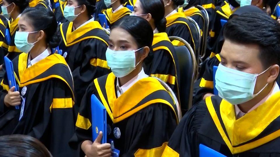พระบาทสมเด็จพระเจ้าอยู่หัว และสมเด็จพระนางเจ้าฯ พระบรมราชินี เสด็จพระราชดำเนินไปในการพระราชทานปริญญาบัตรแก่ผู้สำเร็จการศึกษาจากมหาวิทยาลัยราชภัฏในเขตภาคใต้ ประจำปีการศึกษา 2559-2560 ระหว่างวันที่ 15-17 ธันวาคม 2563