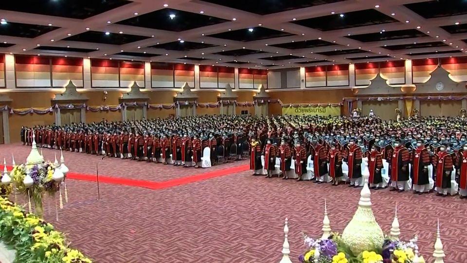 พระบาทสมเด็จพระเจ้าอยู่หัว และสมเด็จพระนางเจ้าฯ พระบรมราชินี พระราชทานปริญญาบัตรแก่ผู้สำเร็จการศึกษาจากมหาวิทยาลัยราชภัฏเขตภาคใต้ ประจำปีการศึกษา 2559-2560