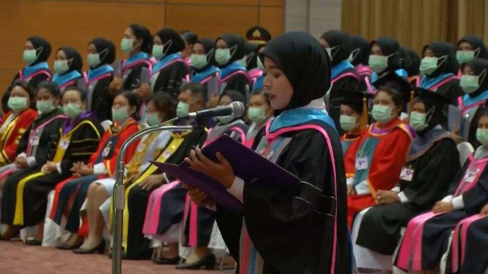 พระบาทสมเด็จพระเจ้าอยู่หัว และสมเด็จพระนางเจ้าฯ พระบรมราชินี พระราชทานปริญญาบัตรแก่ผู้สำเร็จการศึกษาจากมหาวิทยาลัยราชภัฏยะลา และวิทยาลัยการสาธารณสุขสิรินธร จังหวัดยะลา ในโครงการสมทบ
