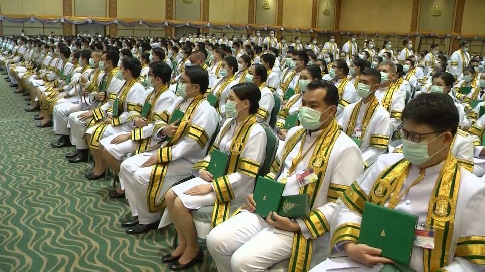 พระบาทสมเด็จพระเจ้าอยู่หัว และสมเด็จพระนางเจ้าฯ พระบรมราชินี พระราชทานปริญญาบัตรแก่ผู้สำเร็จการศึกษาจากมหาวิทยาลัยสุโขทัยธรรมาธิราช ประจำปีการศึกษา 2560 เป็นวันสุดท้าย