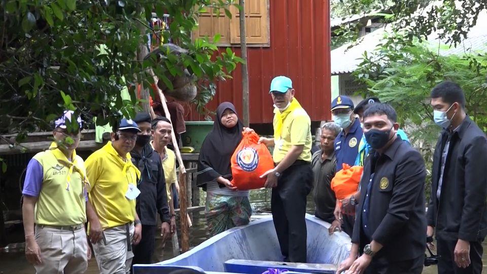 มูลนิธิอาสาเพื่อนพึ่ง ภาฯ ยามยาก สภากาชาดไทย เชิญถุงยังชีพพระราชทานไปมอบแก่ผู้ประสบอุทกภัยในพื้นที่จังหวัดปัตตานี ยะลา และนราธิวาส