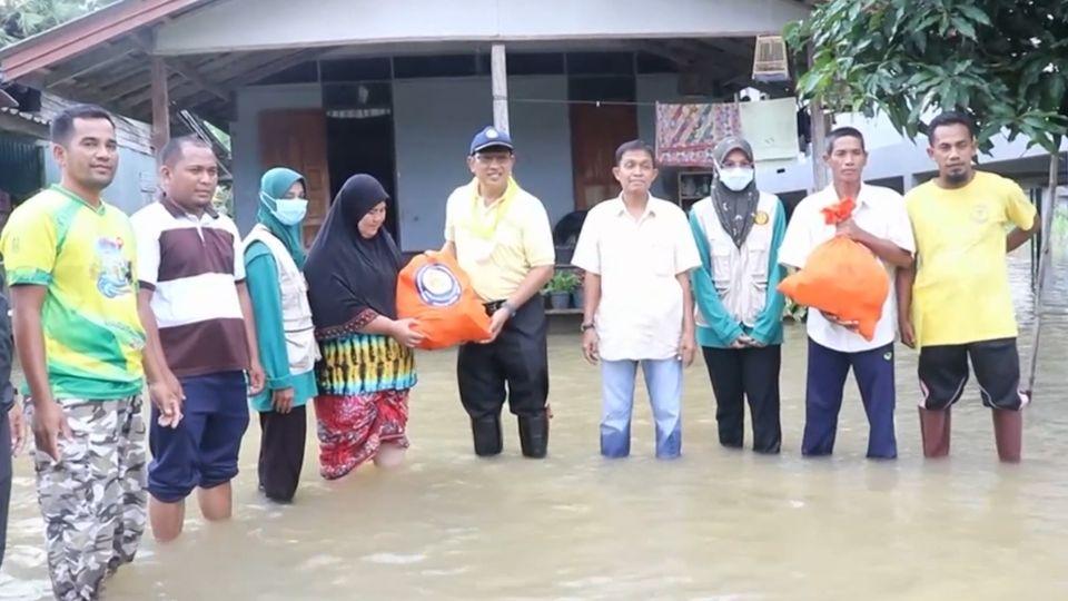 มูลนิธิอาสาเพื่อนพึ่ง ภาฯ ยามยาก สภากาชาดไทย เชิญถุงยังชีพพระราชทานไปมอบแก่ผู้ประสบอุทกภัยในพื้นที่จังหวัดปัตตานี และยะลา