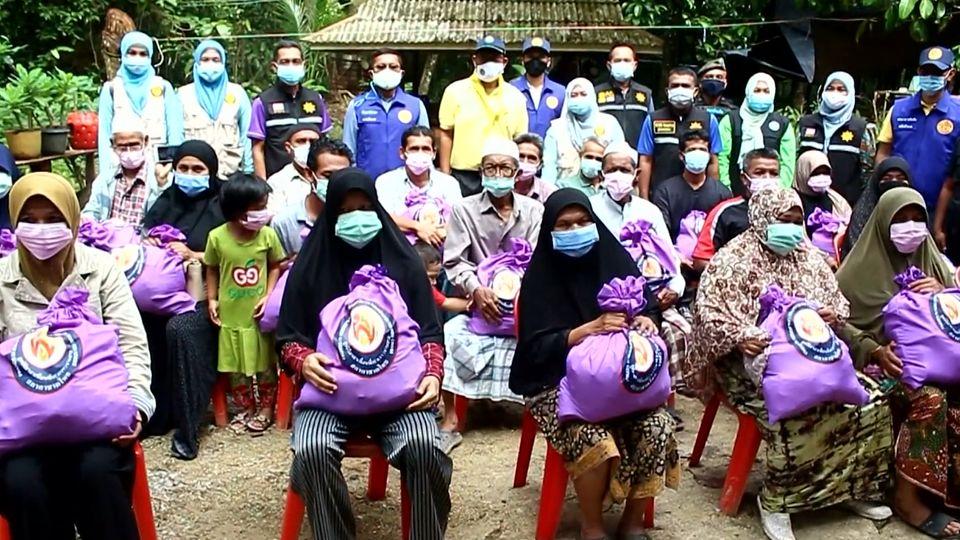 มูลนิธิอาสาเพื่อนพึ่ง ภาฯ ยามยาก สภากาชาดไทย เชิญถุงยังชีพพระราชทานไปมอบแก่ผู้ประสบอุทกภัย