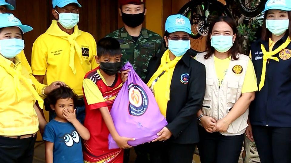 มูลนิธิอาสาเพื่อนพึ่ง ภาฯ ยามยาก สภากาชาดไทย เชิญถุงยังชีพพระราชทานไปมอบแก่ผู้ประสบอุทกภัยในพื้นที่จังหวัดนราธิวาส