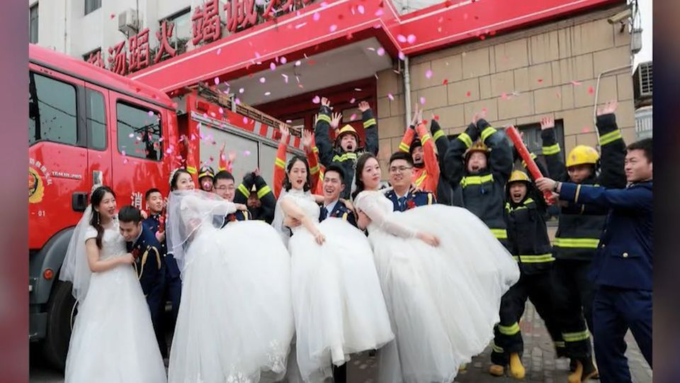สีสันงานแต่งงานหมู่นักดับเพลิงจีนชื่นมื่น หลังเลื่อนกำหนดเดิม