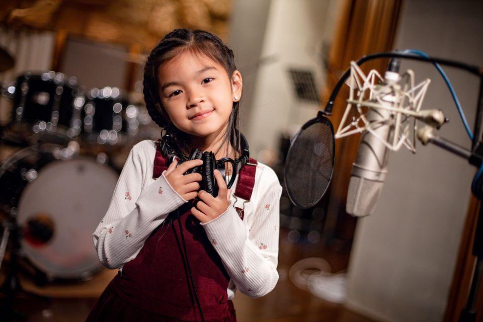 ออฟ-กัน ปลื้มใจได้ถ่ายทอดเพลง ขอมือเธอหน่อย เวอร์ชั่นพิเศษ เพลงประจำแคมเปญ เดอะ บลู คาร์เพท โชว์ ฟอร์ ยูนิเซฟ