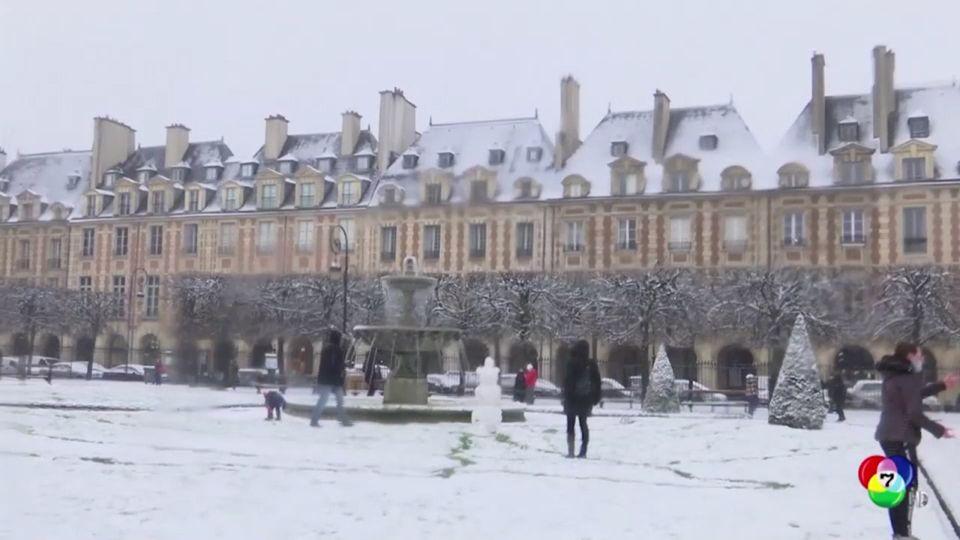 ชาวปารีสแห่ออกมาชมความสวยงาม และเล่นหิมะแรกของปี