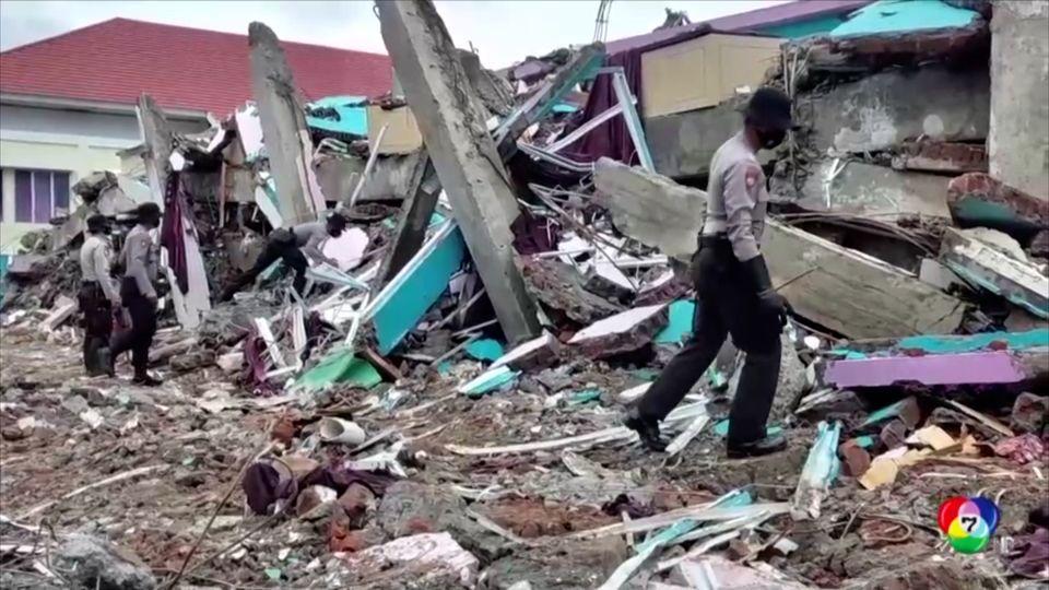 ช่วยหญิงติดใต้ซากอาคารจากเหตุแผ่นดินไหวในอินโดนีเซีย