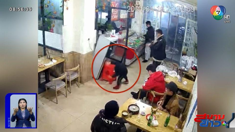 ภาพเป็นข่าว : เตือนภัย! พ่อแม่ต้องระวังเด็กปีนเก้าอี้หยิบของเล่น ตู้ล้มคว่ำ หวิดโดนทับ