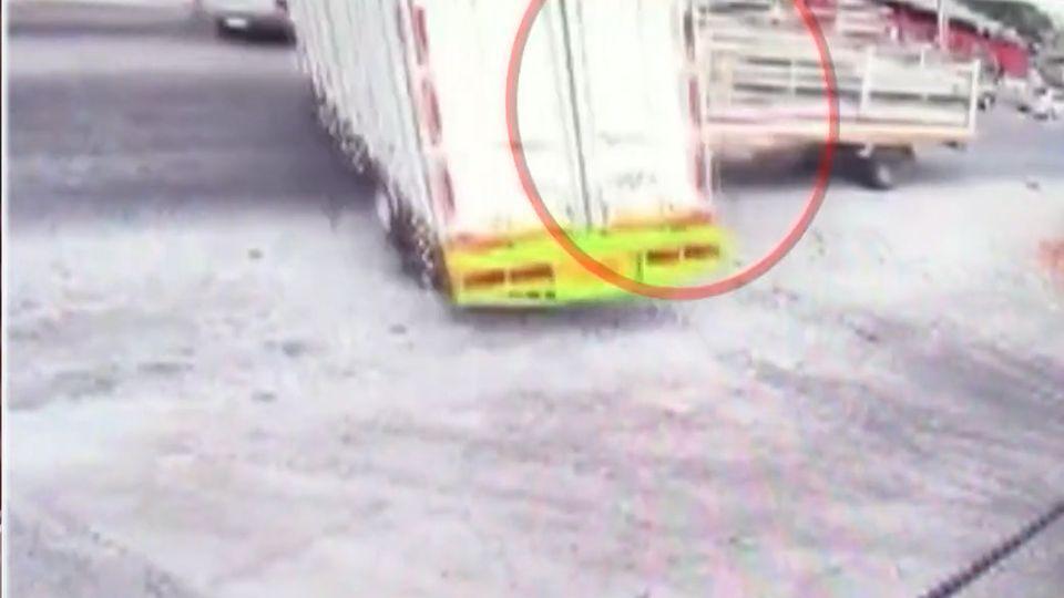 หนุ่มขับรถบรรทุกออกจากปั๊ม ถูกรถที่วิ่งทางตรงพุ่งชนอย่างจัง บาดเจ็บ 1 คน