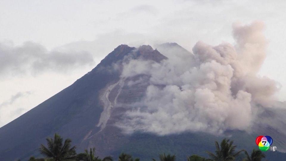 ภูเขาไฟเมราปีในอินโดนีเซีย ปะทุพ่นเถ้าถ่านและลาวา
