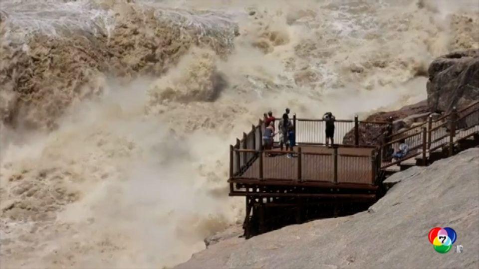 นักท่องเที่ยวชาวแอฟริกาใต้ เสี่ยงชีวิตถ่ายภาพเซลฟีกับน้ำท่วม