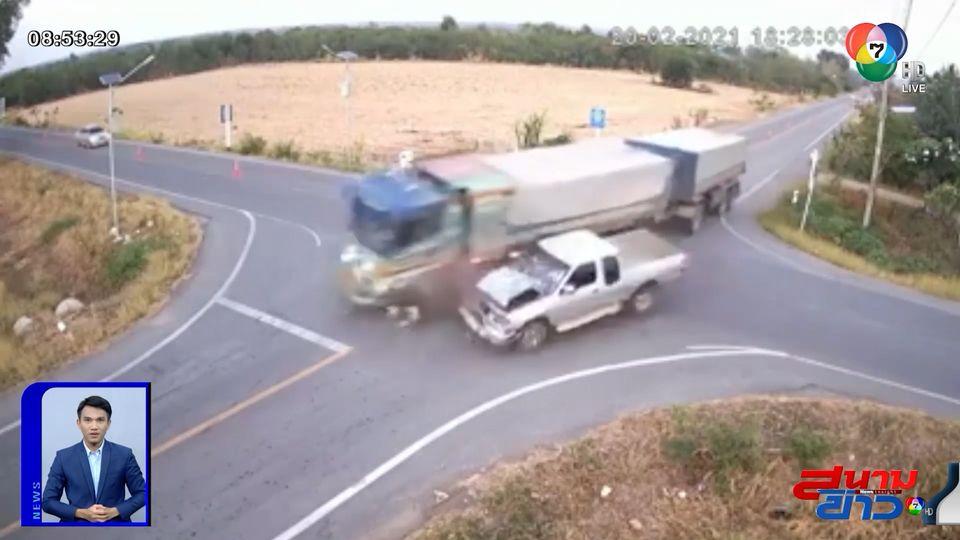 ภาพเป็นข่าว : รถพ่วงพุ่งข้ามแยก โดนกระบะชนตกข้างทาง