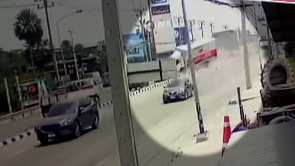 อุบัติเหตุซ้ำซ้อน รถชนกัน 4 คัน ส่งผลให้มีผู้บาดเจ็บ 2  คน