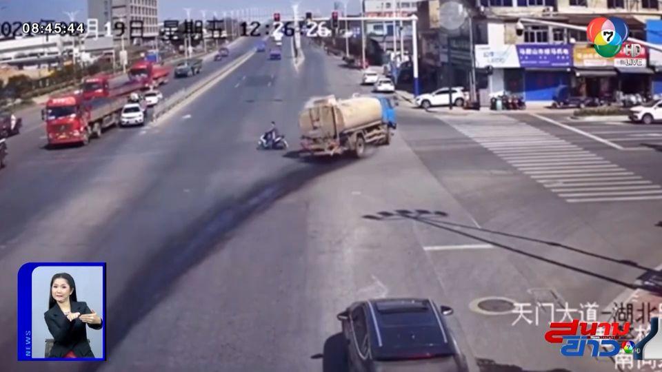 ภาพเป็นข่าว : รถบรรทุกเสียหลักหักหลบรถ จยย. คนขับกระเด็นออกจากรถ