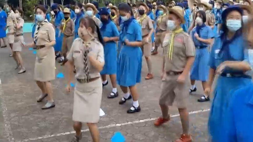 ครู - นร.โรงเรียนอำนวยวิทย์ 400 คน เต้นบาสโลบ ออกกำลังกาย