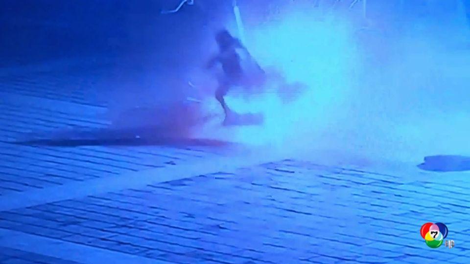 เด็กชายทิ้งประทัดลงท่อระบายน้ำในจีน โดนฝาท่อหล่นทับ
