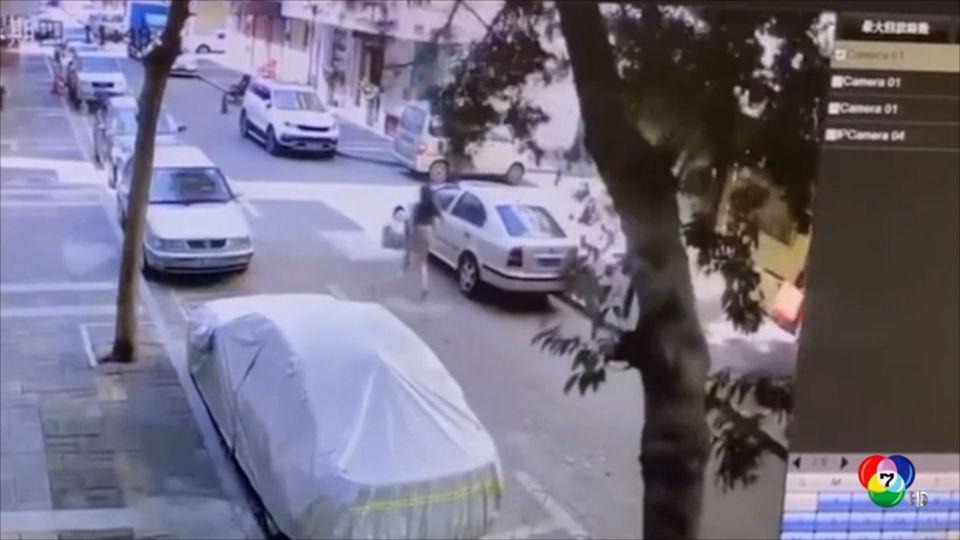นาทีระทึก! หญิงจีนหลบต้นไม้ล้มทับรอดหวุดหวิด