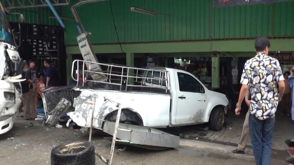 หนุ่มขับรถบรรทุก 22 ล้อ ฝ่าสายฝนวูบหลับใน ทำรถเสียหลักเฉี่ยวรถ 18 ล้อ - ชนกระบะ