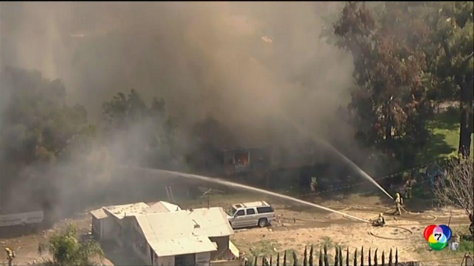 เผยภาพนาทีพลุดอกไม้ไฟระเบิดทำบ้านพังในสหรัฐฯ