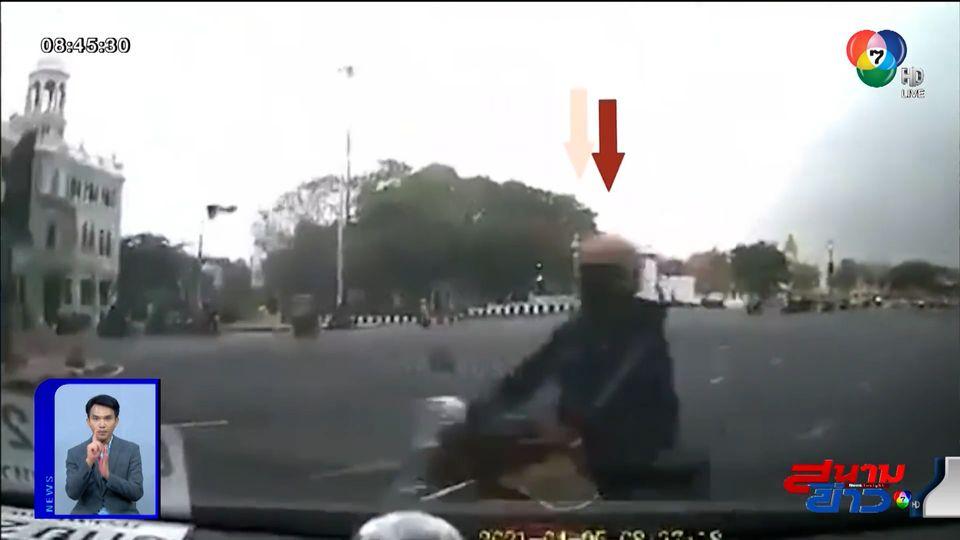 ภาพเป็นข่าว : ยิ่งรีบยิ่งช้า! จยย.ฝ่าไฟแดง พุ่งชนรถยนต์ คนขี่ลอยกระเด็นกระแทกพื้น