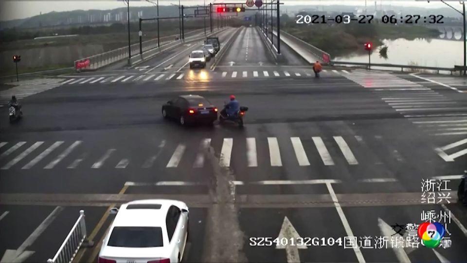 เกิดอุบัติเหตุรถยนต์ขับหลบมอเตอร์ไซด์พุ่งตกถนนในจีน