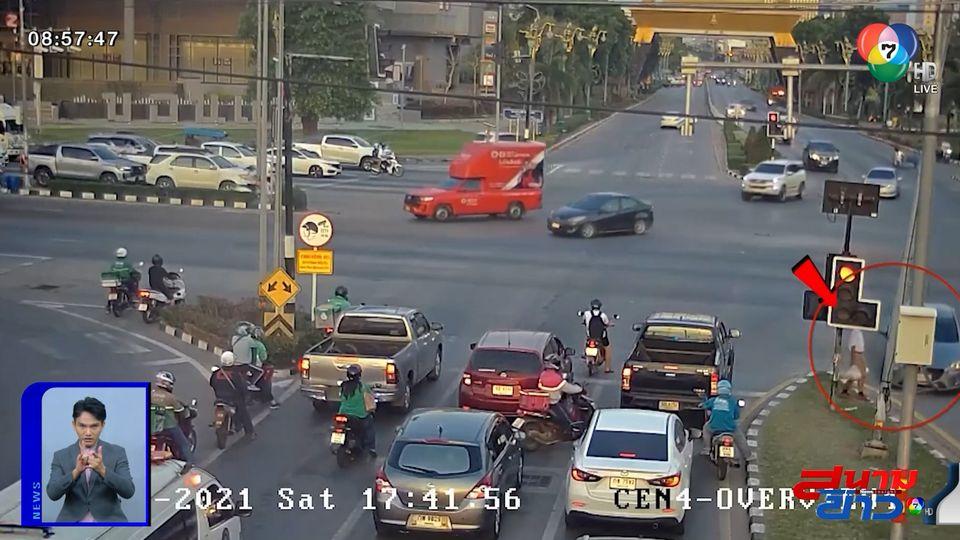 ภาพเป็นข่าว : นาทีชีวิต! รถยนต์พุ่งชนเสาไฟ หวิดชนเด็กขายพวงมาลัย