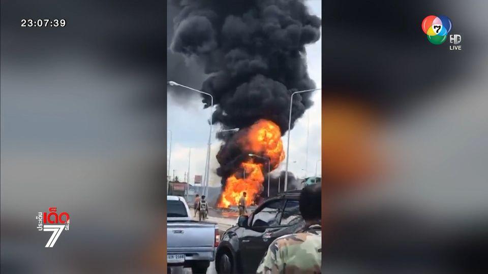 รถบรรทุกน้ำมัน พุ่งชนเสาไฟฟ้าจนไฟลุกท่วม คนขับรอดหวุดหวิด