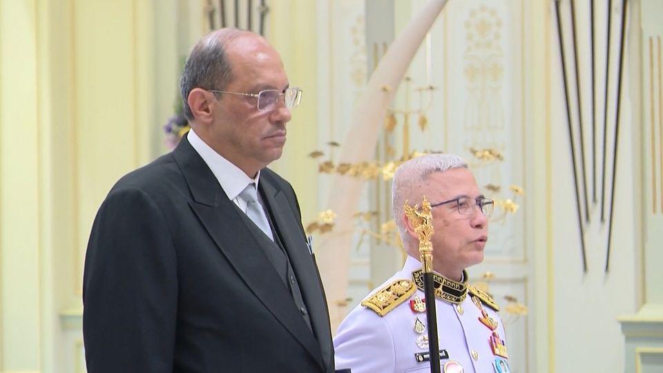 พระบาทสมเด็จพระเจ้าอยู่หัว และสมเด็จพระนางเจ้าฯ พระบรมราชินี พระราชทานพระบรมราชวโรกาสให้ เอกอัครราชทูตต่างประเทศประจำประเทศไทย เฝ้าทูลละอองธุลีพระบาท ถวายอักษรสาส์นตราตั้ง