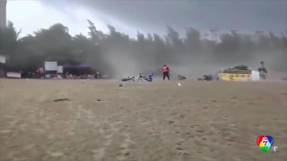 ระทึก! นักท่องเที่ยววิ่งหนีพายุทอร์นาโดในจีน