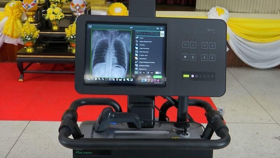 พระบาทสมเด็จพระเจ้าอยู่หัว และสมเด็จพระนางเจ้าฯ พระบรมราชินีฯ พระราชทานเครื่องเอกซเรย์เคลื่อนที่ ระบบดิจิทัล Portable X-Ray Digital FDR Nano พร้อมระบบ AI แก่โรงพยาบาลสนาม