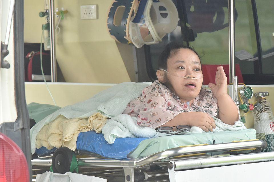 """""""รัศมีแข"""" สุดซึ้ง!! ครอบครัวสู้ชีวิต หาเงินรักษาลูกป่วย """"โรคกระดูกอ่อนทับปอด"""" ในรายการ """"เตะสู้ฝัน"""""""